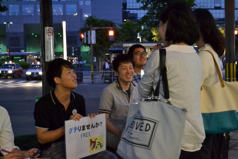 Mahasiswa Buddhis di Jepang mendengarkan keluhan dari 2 wanita muda. Foto: tarikihongwan.net