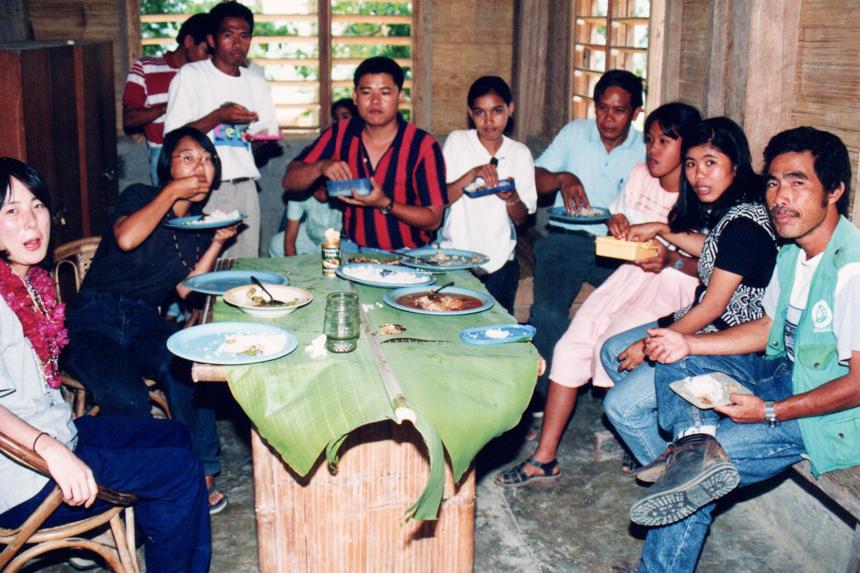 「小学校の職員室で給食を共にしながら交流」(右から1人目南氏)