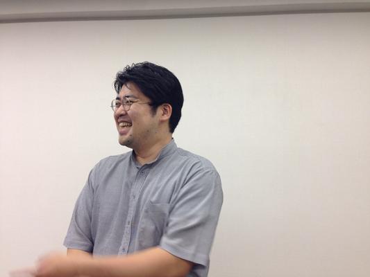 笑顔でお話しいただく坂部先生