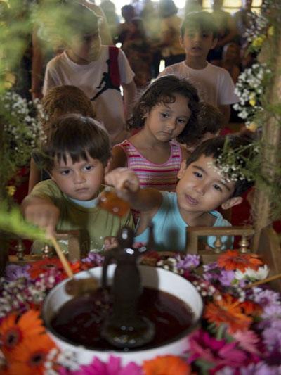 「花祭りの様子(お釈迦様のお誕生をお祝いする日、4月8日)」