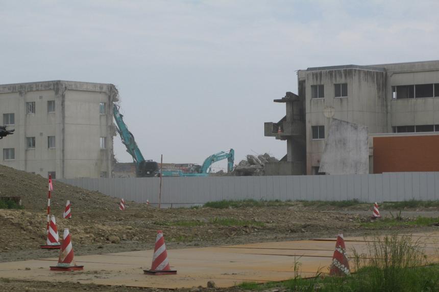 ボラ僧解体工事が進むむ中学校