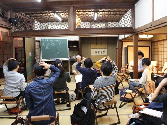 講座の終わりには、各回のテーマにあったツボの位置を学ぶ様な時間も設けます