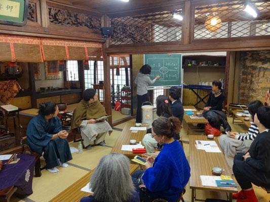 (実際にいれていただいたお茶をみんなで飲みながら、山口さんと坂部先生の対談の時間も。テーマは「薬とお茶」「お寺とお茶」「飲み方でかわる」「身体とのつき合い方」。)