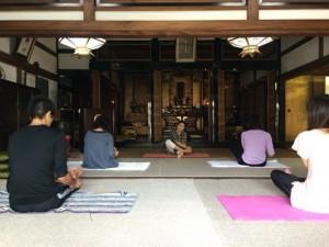 お寺でからっぽ体験の様子