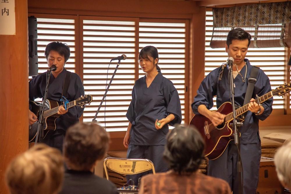 歌う僧侶3人