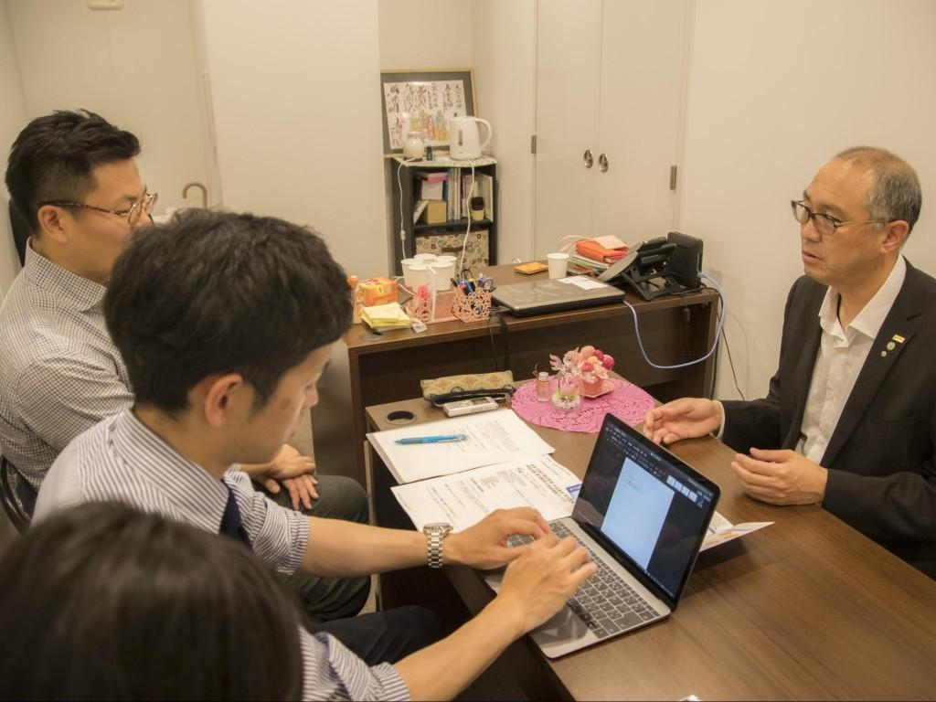 インタビューに応じる鈴木健司さん